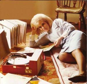 funny-mulher-deitada-escutandodisco-anos-60